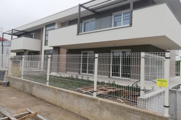 Recinzione a pannelli per nuova costruzione, lavoro di Retissima